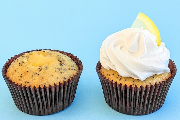 Cupcakes au citron sur fond bleu