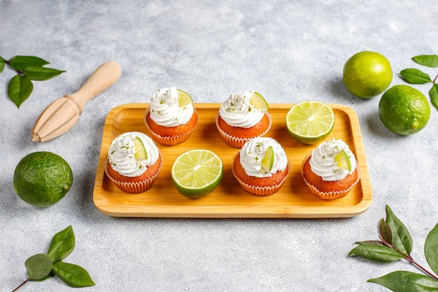 Cupcakes au citron vert maison avec crème fouettée et zeste de citron vert