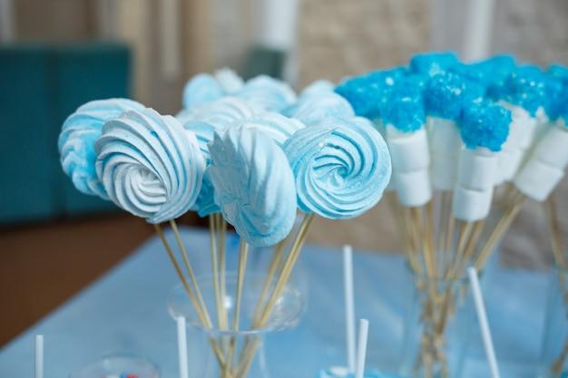 Cupcakes et biscuits sucrés pour les enfants à l'anniversaire