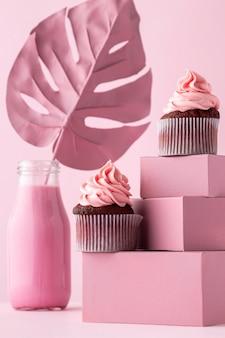 Cupcakes sur boîtes et feuille de monstera