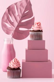 Cupcakes sur boîtes et plante monstera