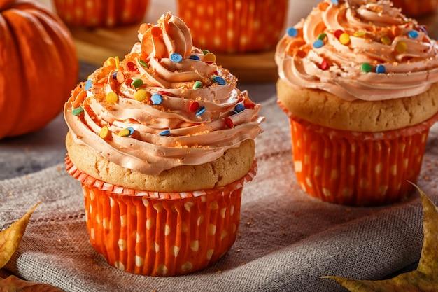Cupcakes à la citrouille avec des paillettes de sucre scintillant.