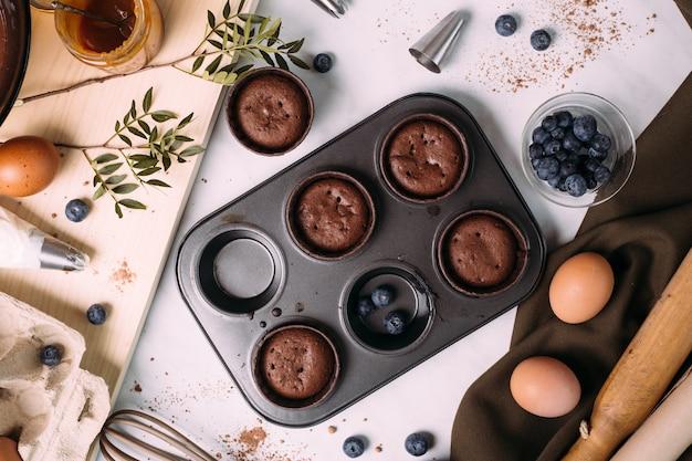 Cupcakes à la crème et aux bleuets sur la table de la cuisine