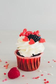 Cupcakes à la crème blanche, baies fraîches et décoration