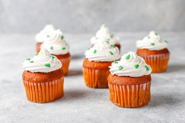 Cupcakes avec des décorations vertes sur table en bois