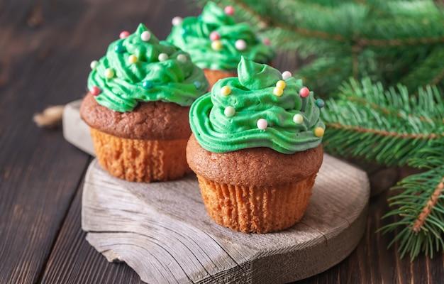 Cupcakes décorés avec une branche d'arbre de noël