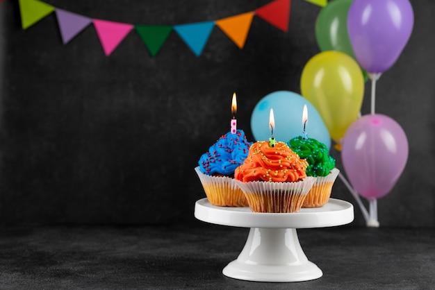 Cupcakes de fête d'anniversaire avec des ballons