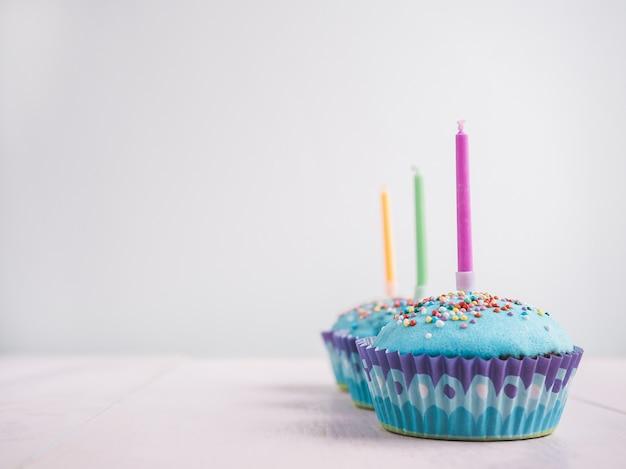 Cupcakes de fête avec des bougies