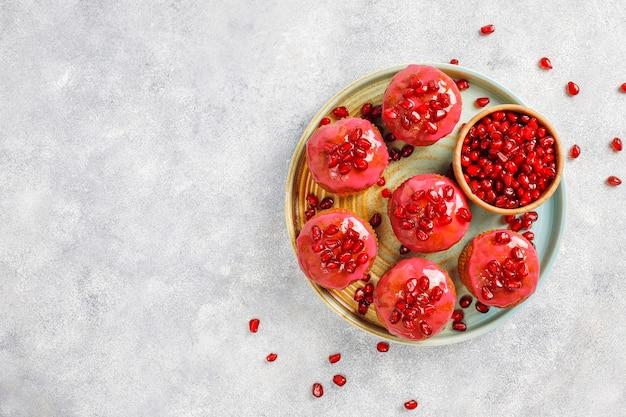 Cupcakes avec garniture de grenade et graines.