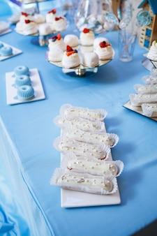 Cupcakes et gâteaux sucrés pour une fête d'enfants. confiserie. mise au point sélective