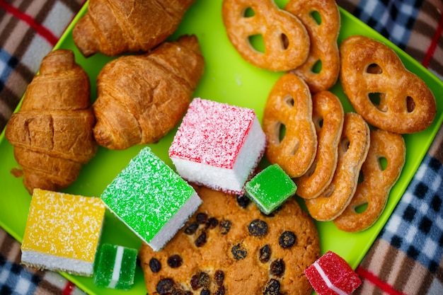 Cupcakes et gâteaux sucrés pour une fête d'enfants. confiserie.