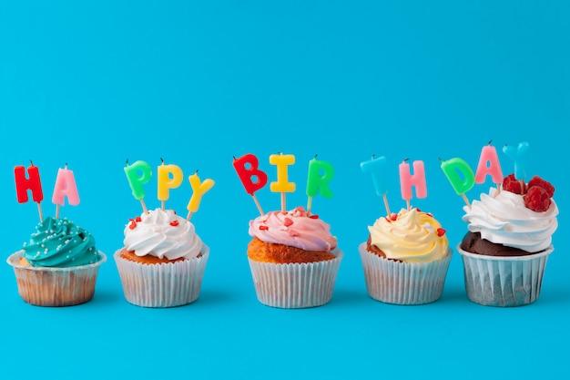 Cupcakes joyeux anniversaire sur fond de couleur vive