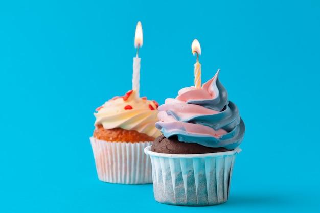 Cupcakes joyeux anniversaire sur mur coloré