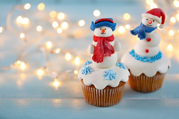 Cupcakes de noël avec des lumières sur la surface