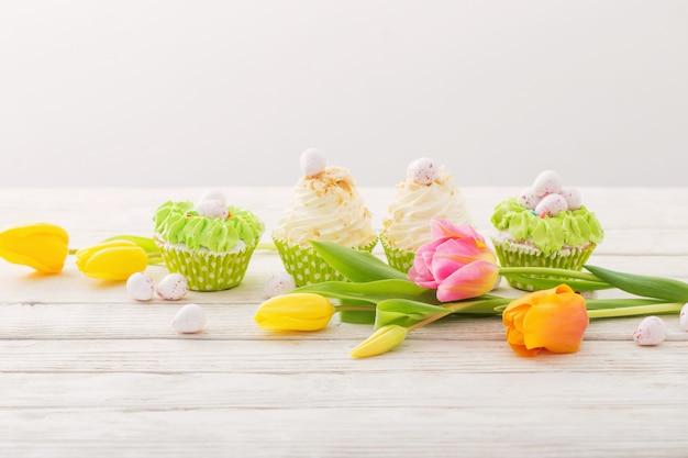 Cupcakes de pâques sur une table en bois blanche