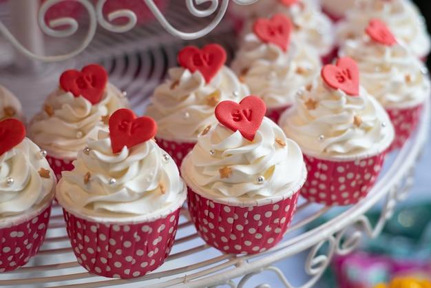 Cupcakes placés sur la ligne de buffet
