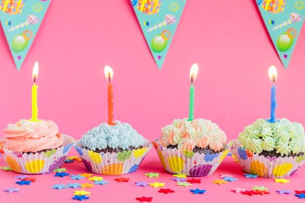 Cupcakes en rangée avec des bougies