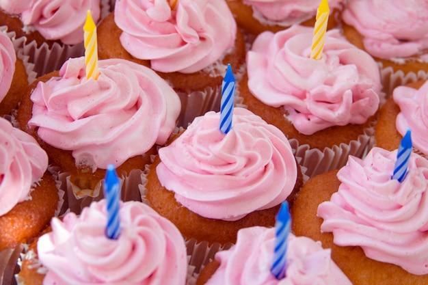 Cupcakes roses prêts pour les anniversaires