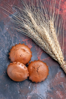 Cupcakes savoureux les cupcakes appétissants à côté des épis de blé