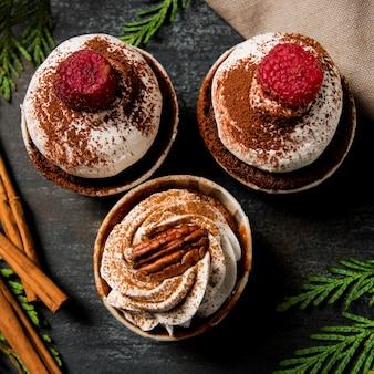 Cupcakes vue de dessus avec de la cannelle