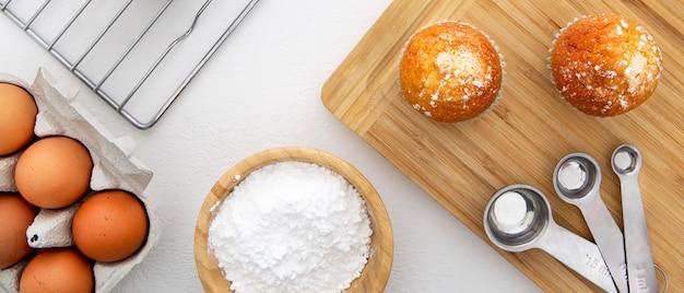 Cupcakes avec vue de dessus des ingrédients