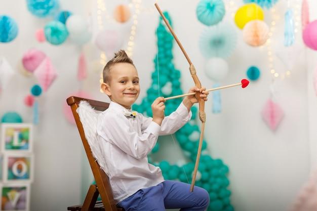 Cupidon mignon petit garçon avec des ailes, une flèche et un arc. la saint-valentin