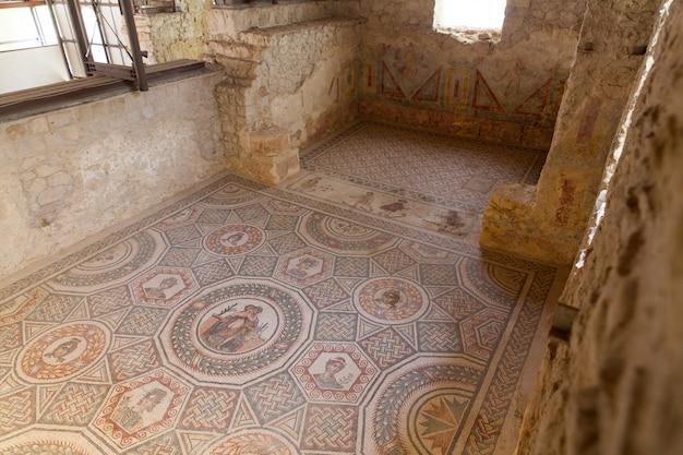 Cupidon et psyché, le panneau central d'une mosaïque dans un cubicule de la villa romana del casale, grande villa romaine élaborée classée au patrimoine mondial de l'unesco