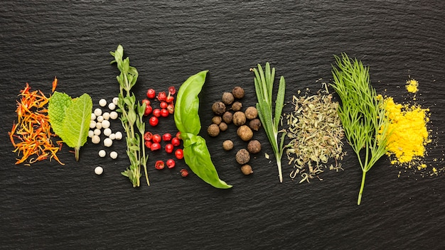 Curcuma et épices sur table
