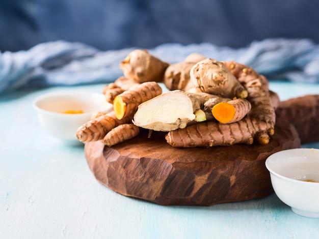 Curcuma et gingembre en poudre et racines à bord