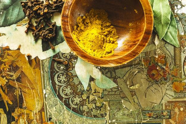 Curcuma près de clous de girofle et de feuilles de laurier