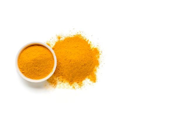 Curcuma séché, (curcumine), poudre de gingembre jaune isolé sur fond de couleur blanche,