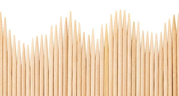 Les cure-dents en bambou sont placés en parallèle