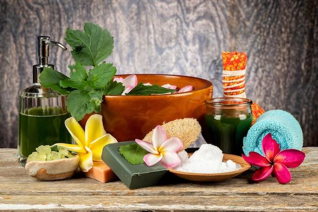 Cure thermale à l'extrait de patchouli, savon, sel sur fond de bois ancien.