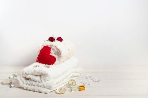 Cure thermale, massage en cadeau le jour de la saint-valentin avec espace copie sur fond blanc. pour les salons de beauté.