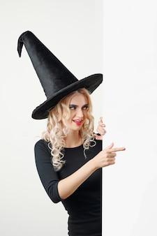 Curieuse sorcière pointant avec le doigt