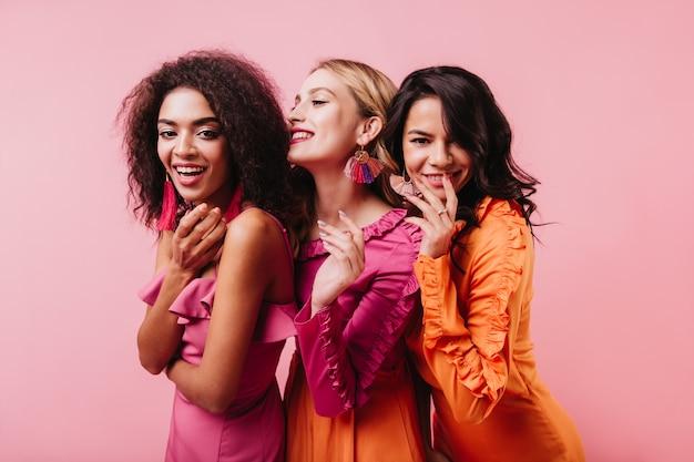 Curly jeune femme posant avec les meilleurs amis