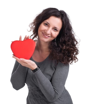Curly woman holding heart sur fond blanc