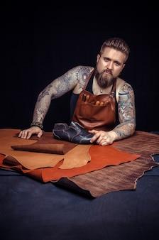 Currier crée un nouveau produit en cuir sur le lieu de travail
