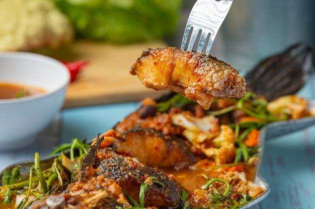 Curry aigre avec poisson tête de serpent, fondue épicée de jardin, cuisine thaïlandaise.