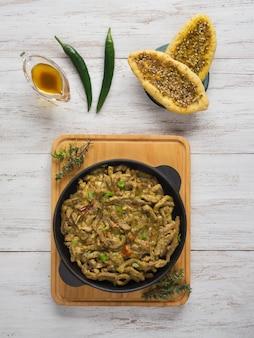 Curry de boeuf indien épicé. plat indien épicé à la viande.