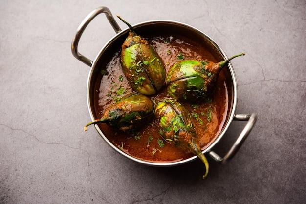 Curry brinjal également connu sous le nom de baingan épicé ou masala d'aubergine, une recette de plat principal populaire de l'inde servie dans un bol, un karahi ou une casserole