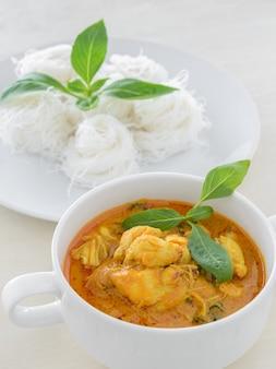 Curry de chair de crabe avec nouilles au riz