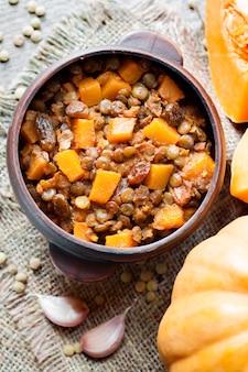 Curry épicé aux lentilles vertes, citrouille et raisins secs
