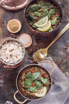 Curry d'épinards aux lentilles avec un bol de riz