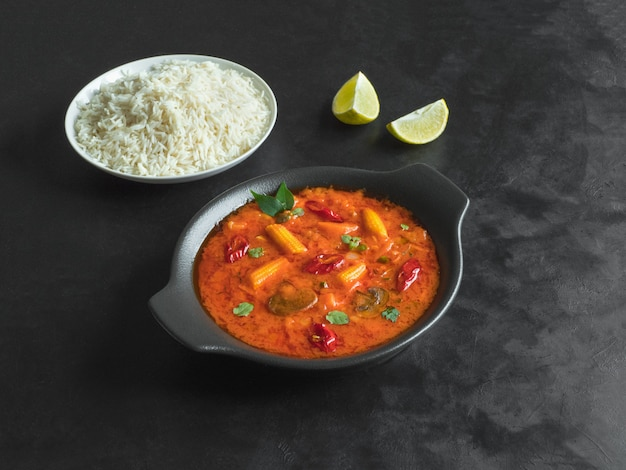 Curry de goan aux légumes mixtes avec riz basmati, cuisine indienne