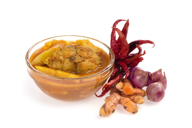 Curry jaune mélangé aux herbes échalote, piment et curcuma isolé sur fond blanc.