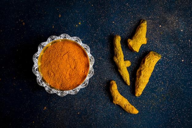 Curry, paprika, poivre, coriandre, bâtons de cannelle, roses sèches, cardamome, gingembre, clou de girofle, piment, curcuma.