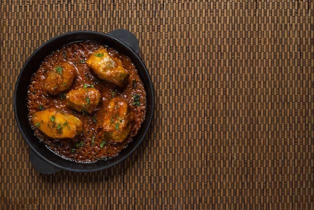 Curry de poisson bengali épicé et chaud