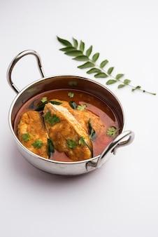 Curry de poisson épicé - kerala, konkan, bengale, style goa de couleur rouge et marron, servi avec du riz