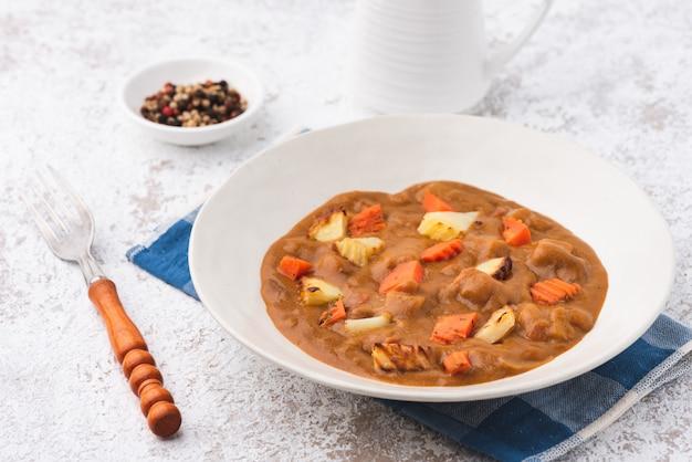Curry avec pomme de terre et carotte japon fond de nourriture